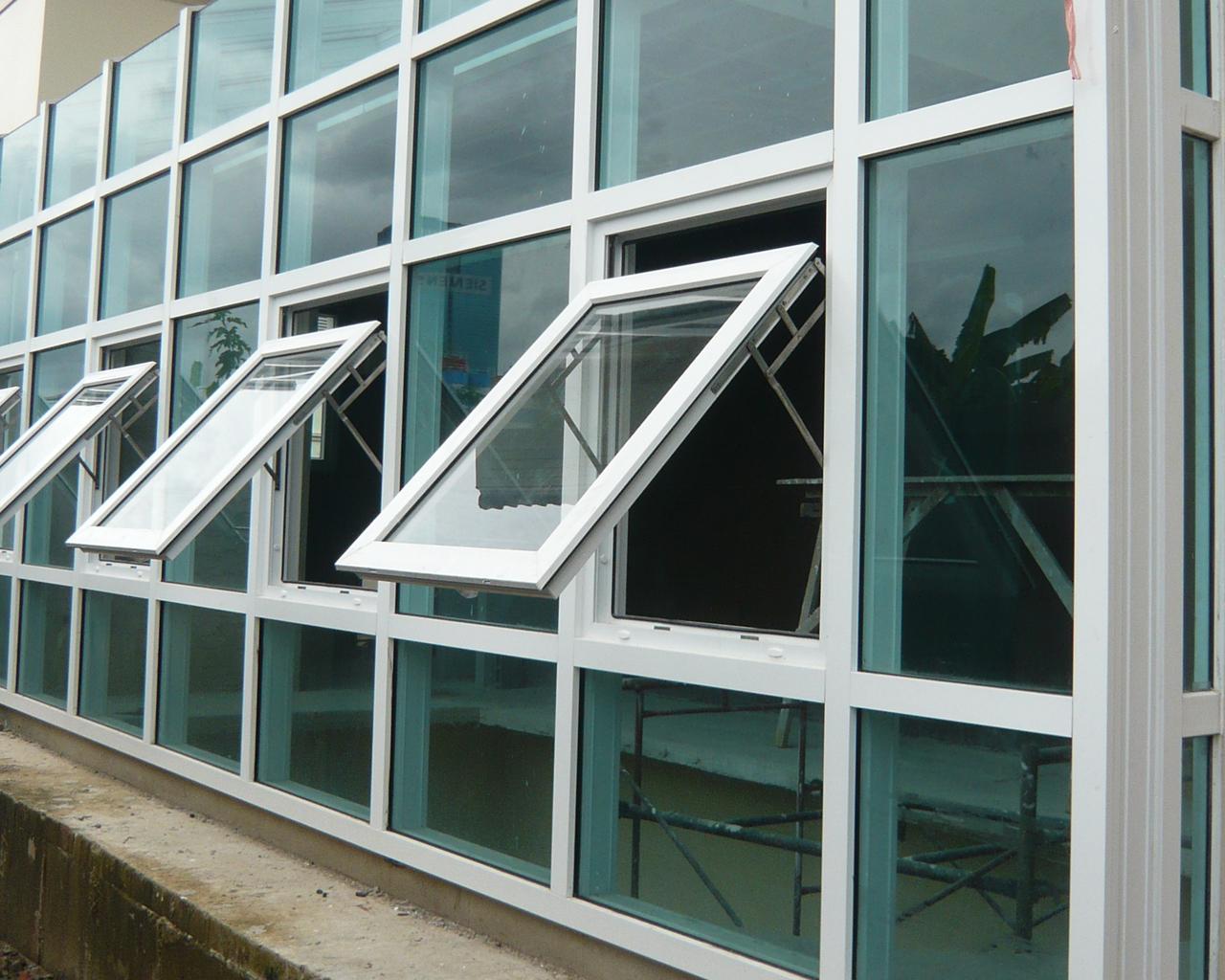 Качественная фурнитура для алюминиевых окон изготавливается из износостойких материалов, устойчивых к коррозии