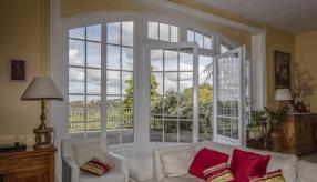 Интерьер комнаты с красивыми окнами