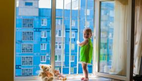 Чтобы полностью исключить риск выпадения ребенка из оконного проема, необходимо заказать пластиковые окна в Нур-Султане со специальной защитной фурнитурой