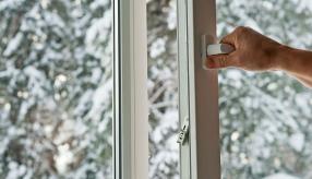 Решив купить пластиковые окна и двери, вы избавляетесь от необходимости утеплять конструкции на зиму поролоном, пенопластом и другими подручными средствами