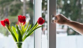 Ранняя весна – традиционное время генеральной уборки и мытья окон. Важно не просто вымыть ПВХ раму и стеклопакеты, но и правильно подготовить пластиковые окна к теплому сезону путем регулировки прижима створок.
